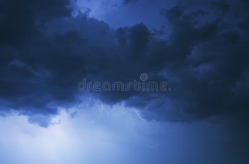 Ciel nocturne orageux images stock