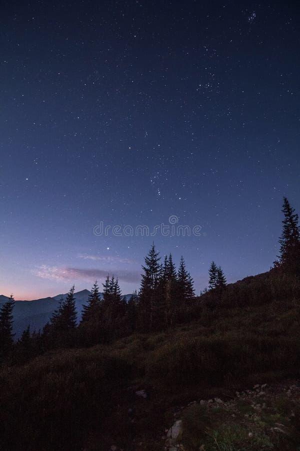 Ciel nocturne plein des étoiles juste avant le lever de soleil en montagnes photos libres de droits