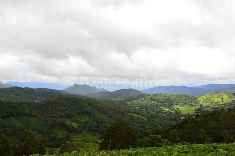 Ciel, nuages blancs, montagnes, alternance cachant la beauté de la nature photos stock