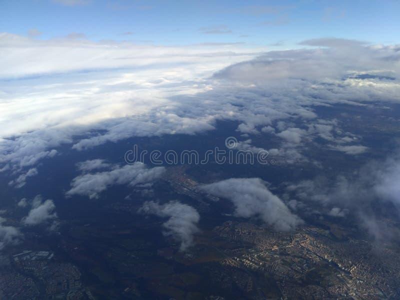 Ciel, nuages, terre image stock