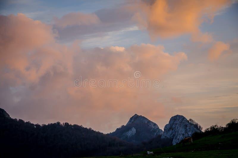 Ciel nuageux au coucher du soleil sur la montagne photos libres de droits