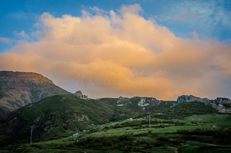 Ciel nuageux au coucher du soleil sur la montagne photographie stock