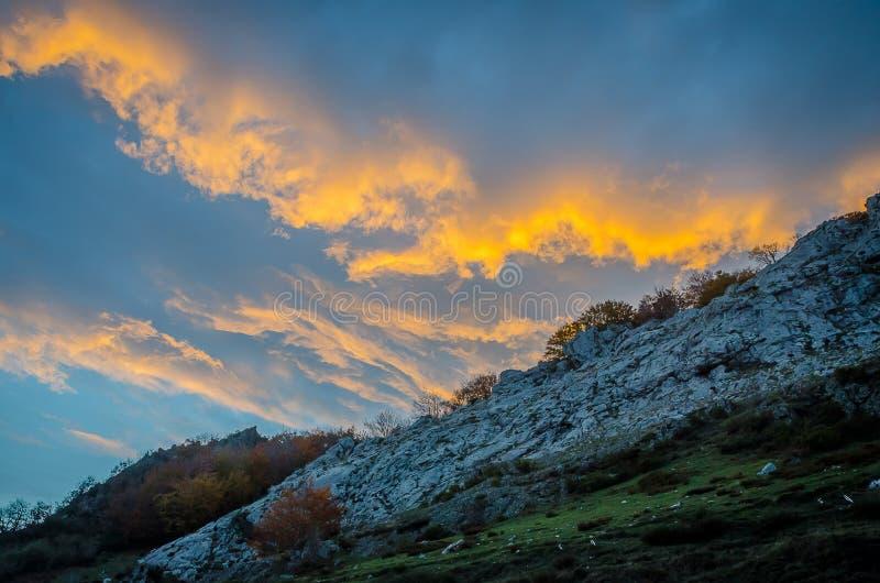Ciel nuageux au coucher du soleil sur la montagne photo libre de droits