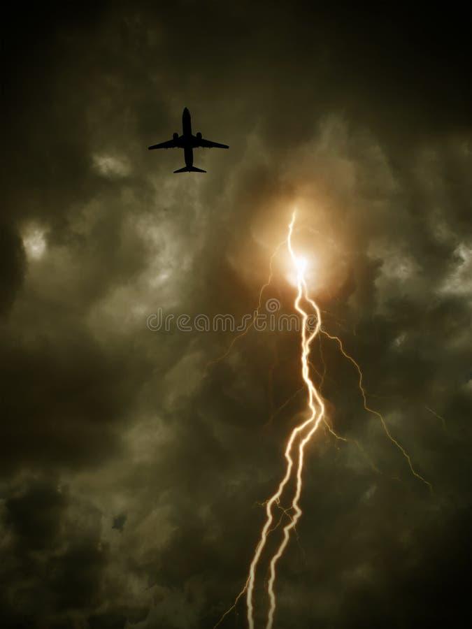 ciel nuageux avec la foudre et l'avion de vol photos libres de droits