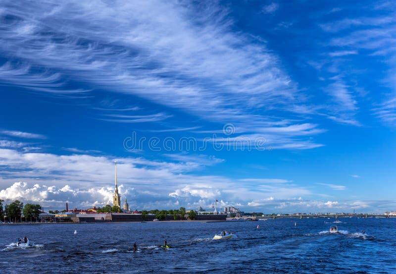 Ciel nuageux bleu au-dessus de rivière de Neva de St Petersbourg en été photo libre de droits