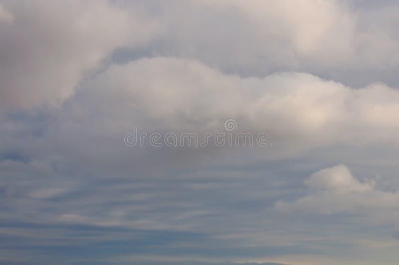 Ciel nuageux d'hiver photos stock