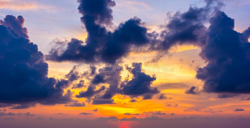 Ciel nuageux de beau coucher du soleil dramatique coloré photos libres de droits