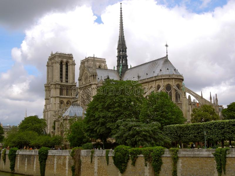 Ciel nuageux de cathédrale de Notre Dame de Paris photos stock