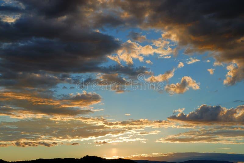 Ciel nuageux de coucher du soleil   photographie stock