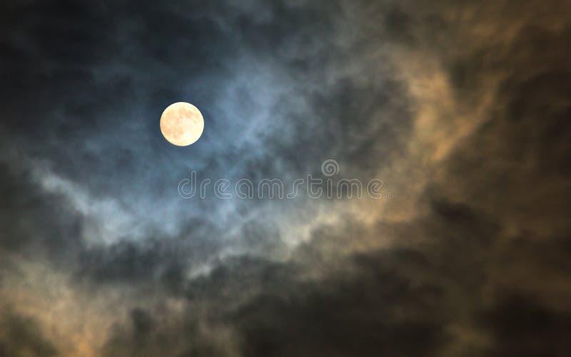 Ciel nuageux de minuit mystérieux avec la pleine lune et les nuages éclairés par la lune photos stock