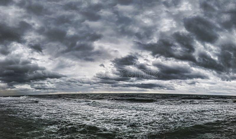 Ciel nuageux dramatique et paysage marin supérieur dans un jour d'hiver avec le mauvais temps photo stock