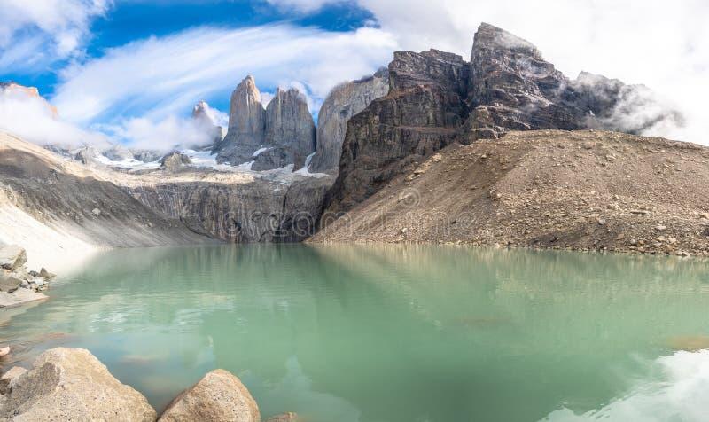 Ciel nuageux et ciel bleu Torres del Paine images stock