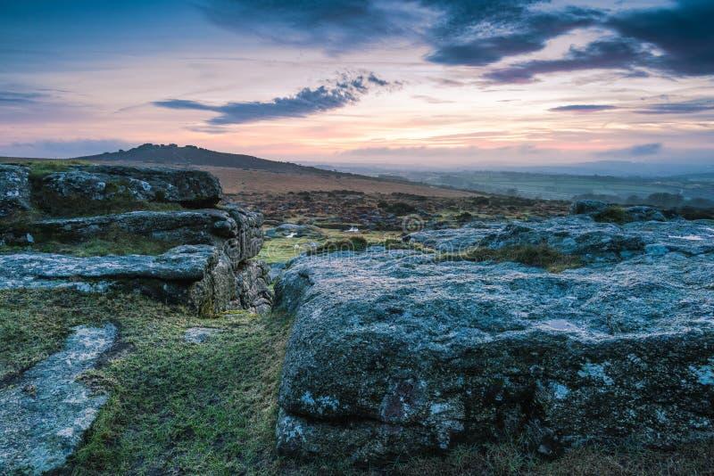 Ciel nuageux et dramatique au-dessus des roches et des collines de granit photos stock