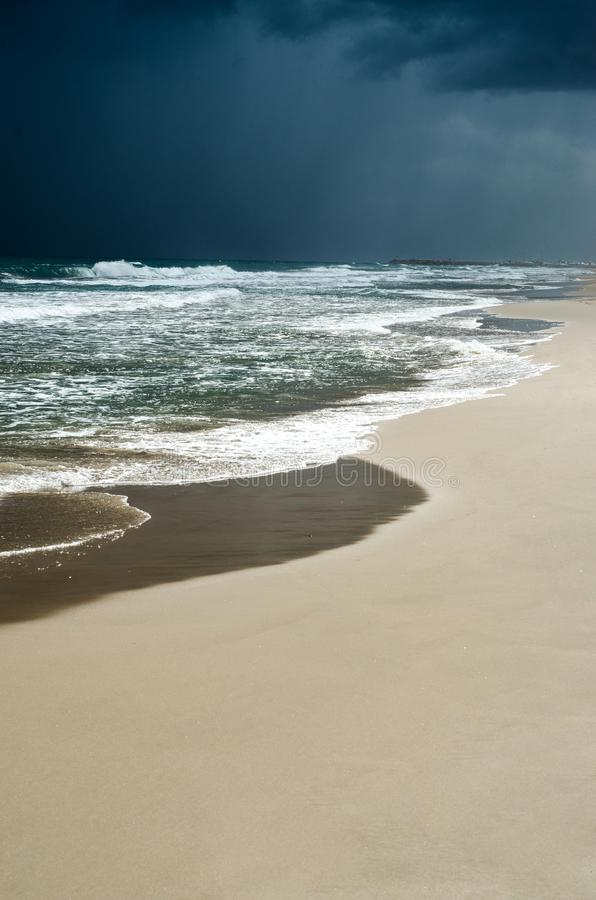 Ciel nuageux foncé sombre, vagues turbulentes de mer Plage obscurcie vide juste avant les précipitations sauvages images stock