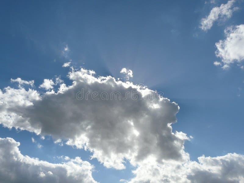 Ciel nuageux gentil avec des alignements photos libres de droits
