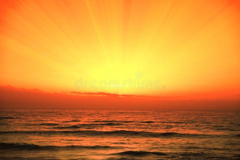 Ciel nuageux orange, temps de coucher du soleil sur la plage Fond et espace vide de copie photographie stock