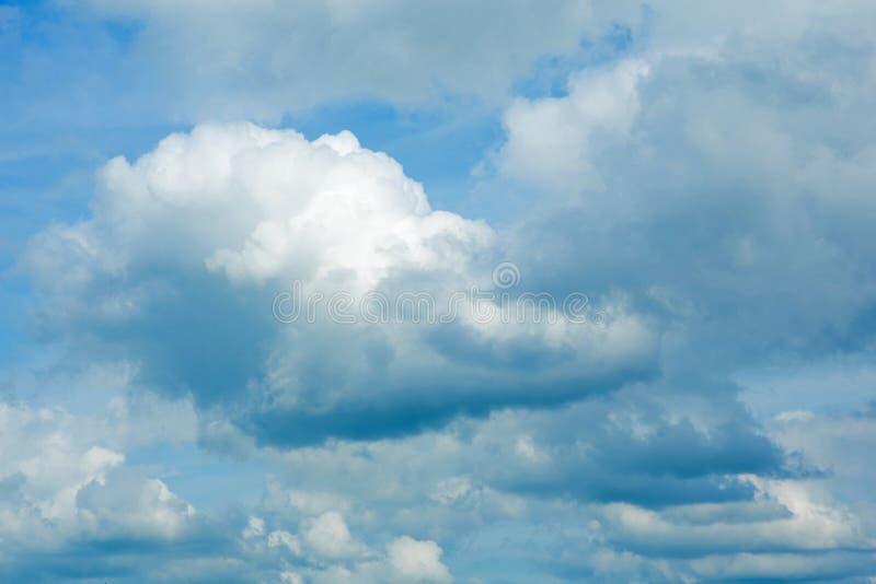 Ciel nuageux pelucheux images libres de droits