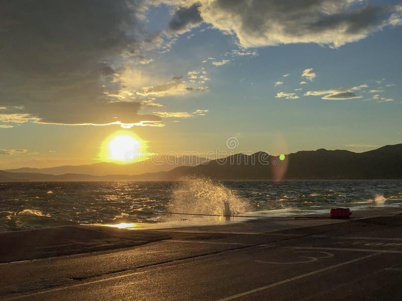 Ciel nuageux pendant le coucher du soleil en Grèce image stock