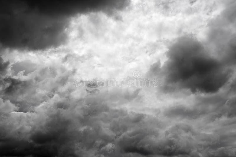 Download Ciel nuageux sombre photo stock. Image du cloudscape - 87704432