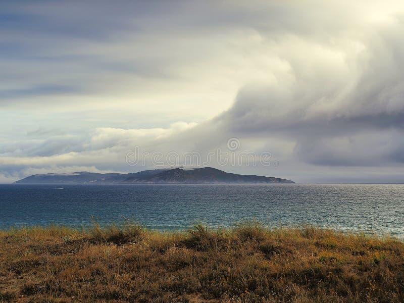 Ciel nuageux sur la mer images stock