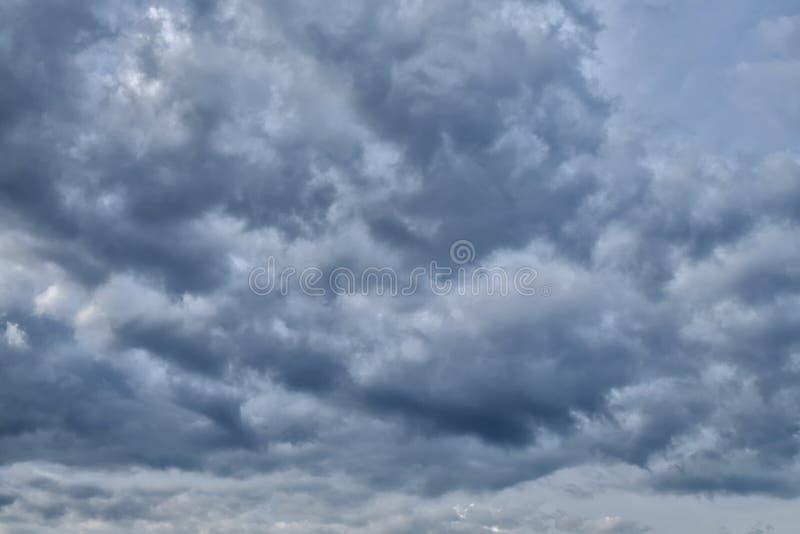 ciel obscurci avec les nuages fonc s le nuage gris avant pluie image stock image 72257269. Black Bedroom Furniture Sets. Home Design Ideas