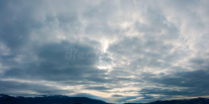 Ciel obscurci sombre foncé image stock