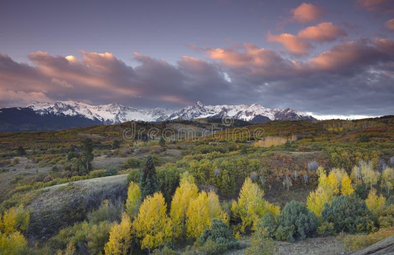 Ciel orageux au-dessus de chaîne de San Juan Mountain et de couleur d'Autumn Fall de Dallas Divide Ridgway Colorad, Amérique photo stock