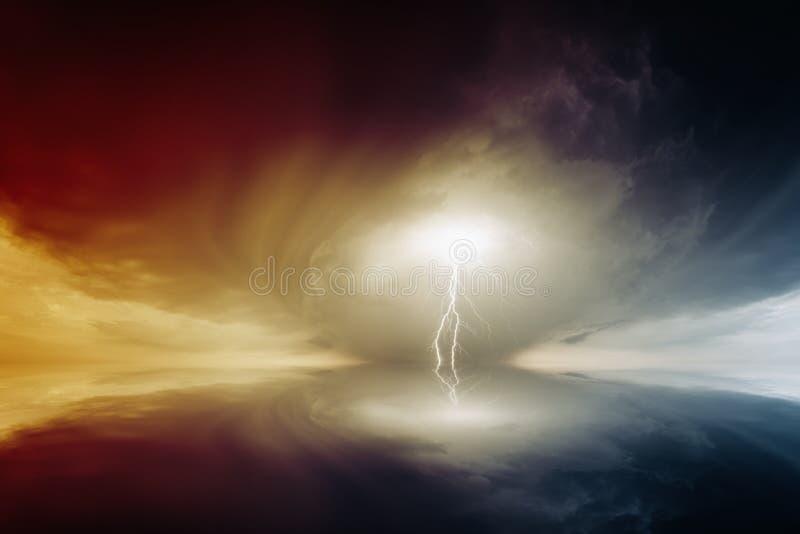 Ciel orageux avec des foudres photos stock