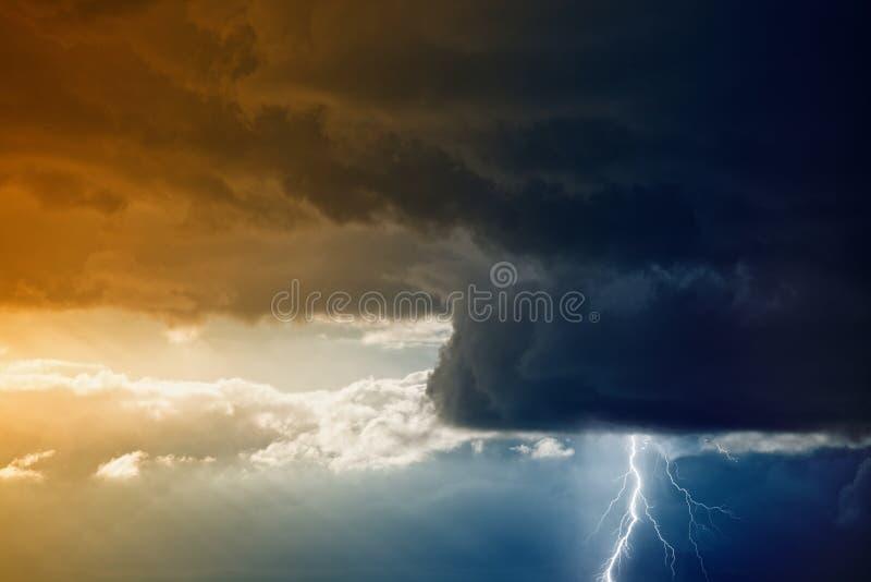 Ciel orageux avec la foudre photographie stock libre de droits