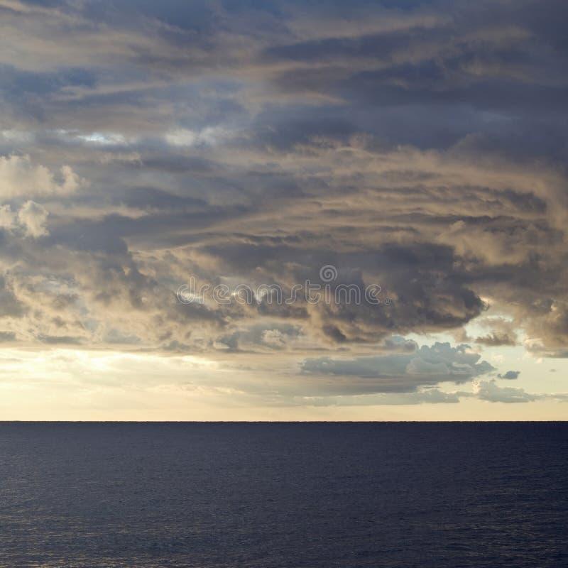 Ciel orageux dramatique au-dessus de mer photos stock