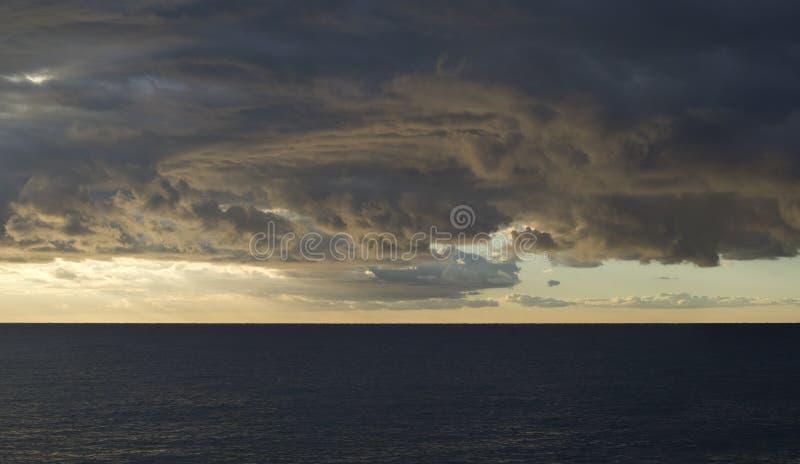 Ciel orageux dramatique au-dessus de mer image libre de droits