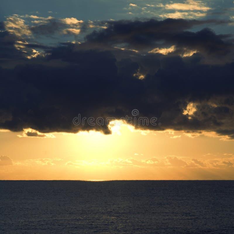 Ciel orageux dramatique au-dessus de mer images stock