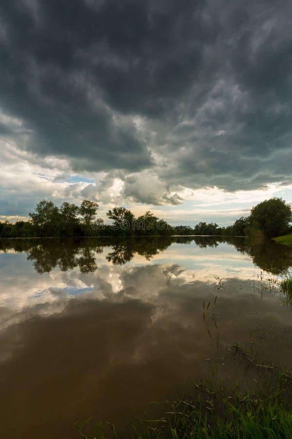 Ciel orageux sinistre au-dessus de rivière naturelle images libres de droits