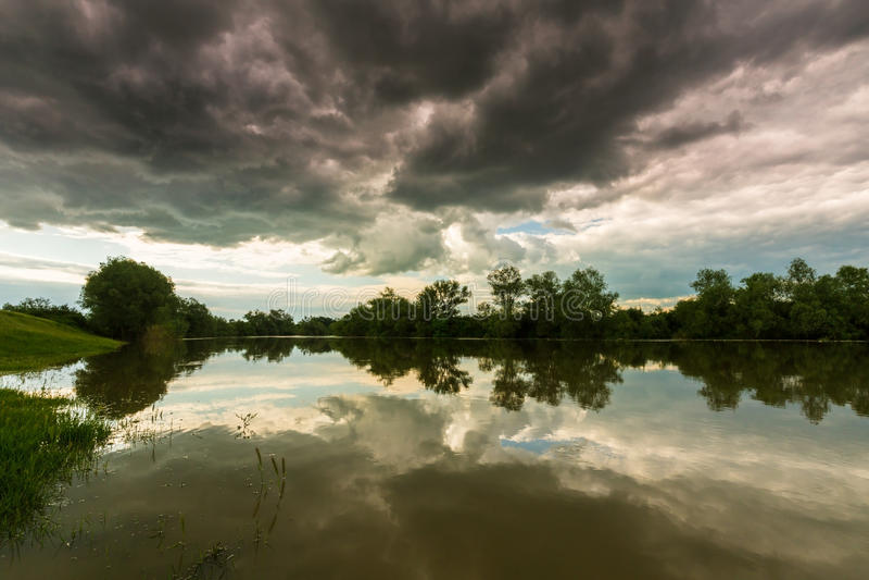Ciel orageux sinistre au-dessus de rivière naturelle image libre de droits