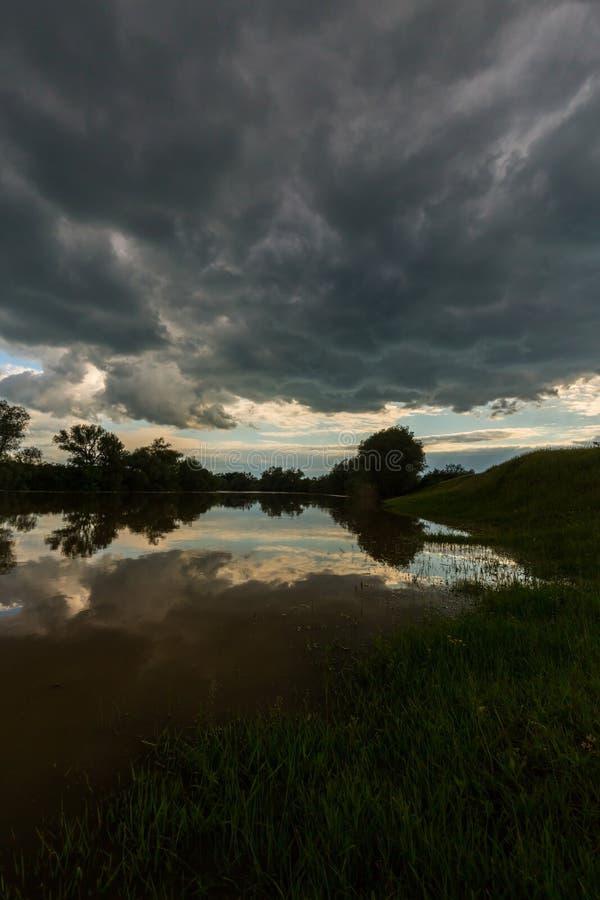 Ciel orageux sinistre au-dessus de rivière naturelle photos libres de droits