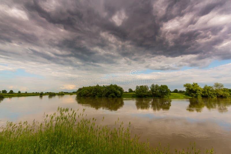 Ciel orageux sinistre au-dessus de rivière naturelle photo stock