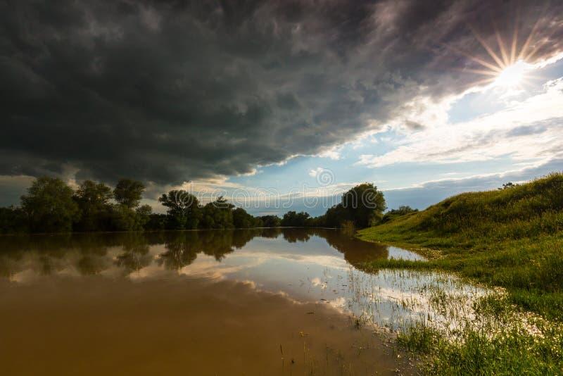 Ciel orageux sinistre au-dessus de rivière naturelle photos stock