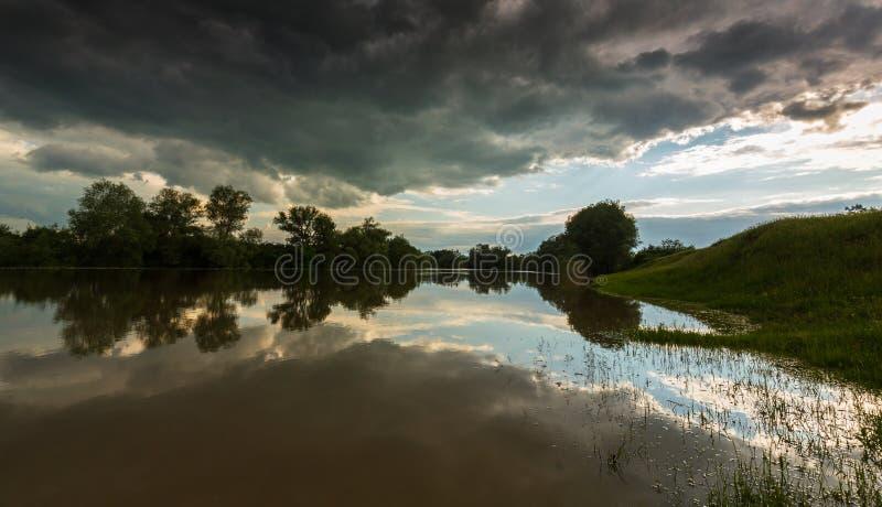 Ciel orageux sinistre au-dessus de rivière naturelle image stock