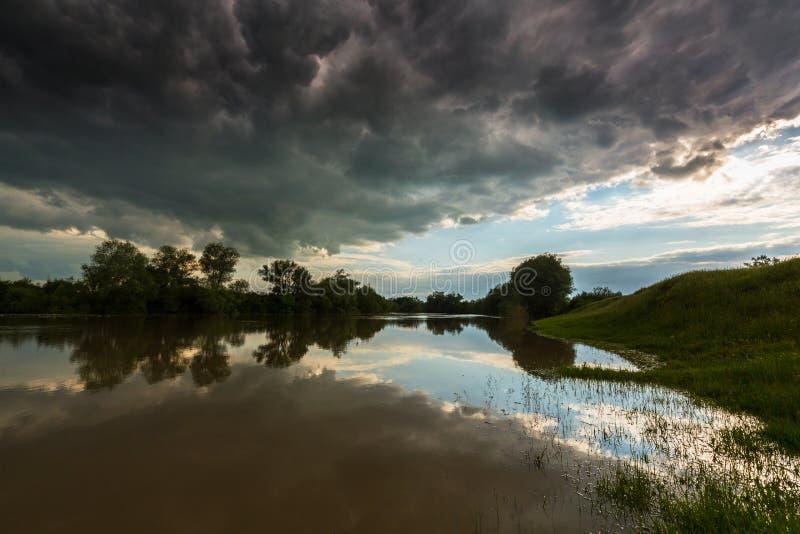 Ciel orageux sinistre au-dessus de rivière naturelle photographie stock