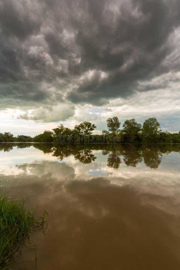Ciel orageux sinistre au-dessus de rivière naturelle photographie stock libre de droits