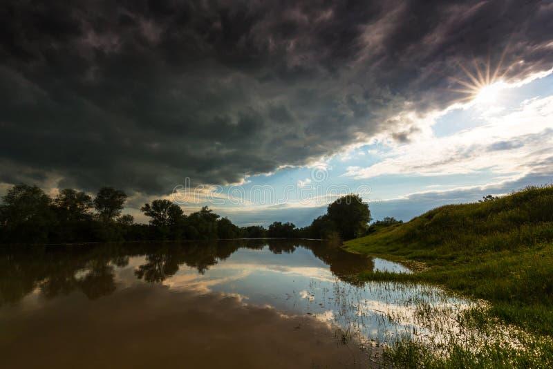 Ciel orageux sinistre au-dessus de rivière naturelle photo libre de droits