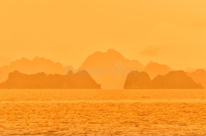 Ciel orange dramatique du Vietnam de baie de Halong photos libres de droits