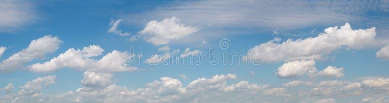 Ciel panoramique large avec des nuages image stock