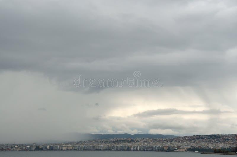 Ciel pluvieux au-dessus de ville photos stock