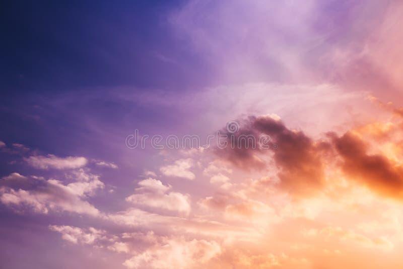 Ciel pourpre de coucher du soleil avec des nuages photographie stock