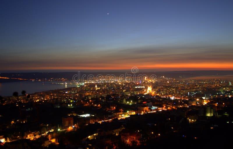 Ciel pourpre stupéfiant au-dessus de la ville après coucher du soleil image libre de droits