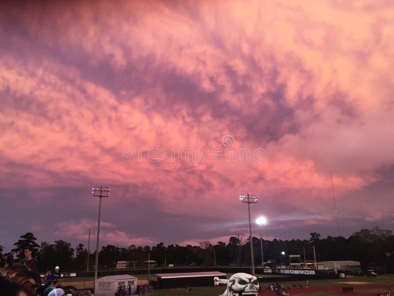 Ciel rose et pourpre de coucher du soleil images libres de droits