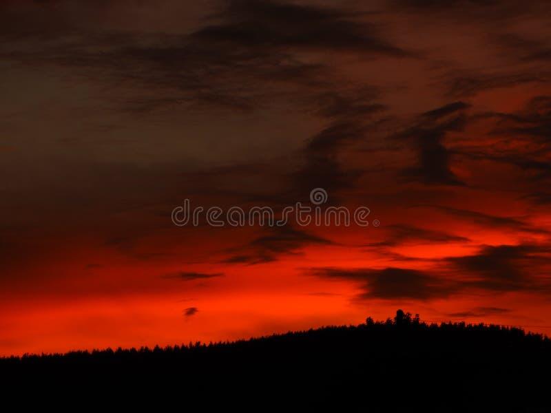 Ciel rouge au temps de coucher du soleil photo libre de droits