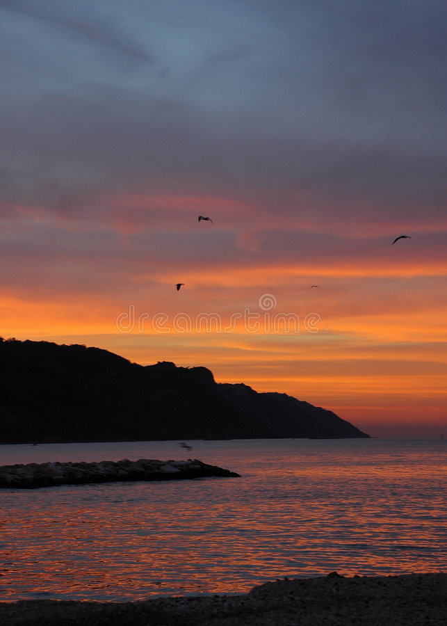 Ciel rouge dans le coucher du soleil - Italie photos stock