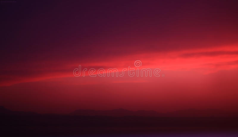 Ciel rouge de coucher du soleil images stock